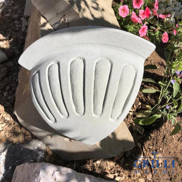 Originale complemento d'arredo realizzato in pietra serena, può essere utilizzato come fioriera e come applique. Ideale sia per interno che per esterno. 23x23x17 cm