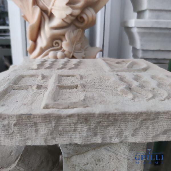 Realizzato interamente a mano in pietra arenisca, questo stemma è la riproduzione fedele di quello del duca d'Urbino Federico da Montefeltro che si trova all'interno del Palazzo Ducale di Gubbio, risalente al XV secolo. Particolare e ricercato oggetto d'arte, per gli amanti della storia, del Rinascimento italiano e della bellezza. La pietra usata permette allo stemma di essere posto sia all'interno che all'esterno. Pezzo unico. Misure 30x30x4 cm.